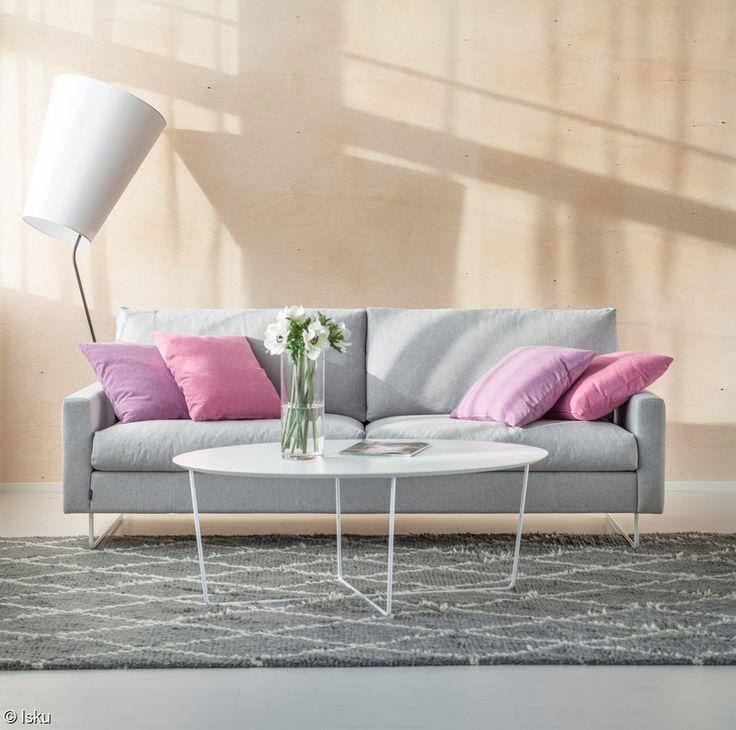 Iskun tehtaalla Lahdessa valmistettu Free-sohva on nuorekas ja rento valinta olohuoneeseen. Korkea 15 cm maavara antaa sohvalle kevyen ulkonäön. Sohvaan voi valita ryhdikkään vaahtomuovi- tai rennon höyhentäytteen.