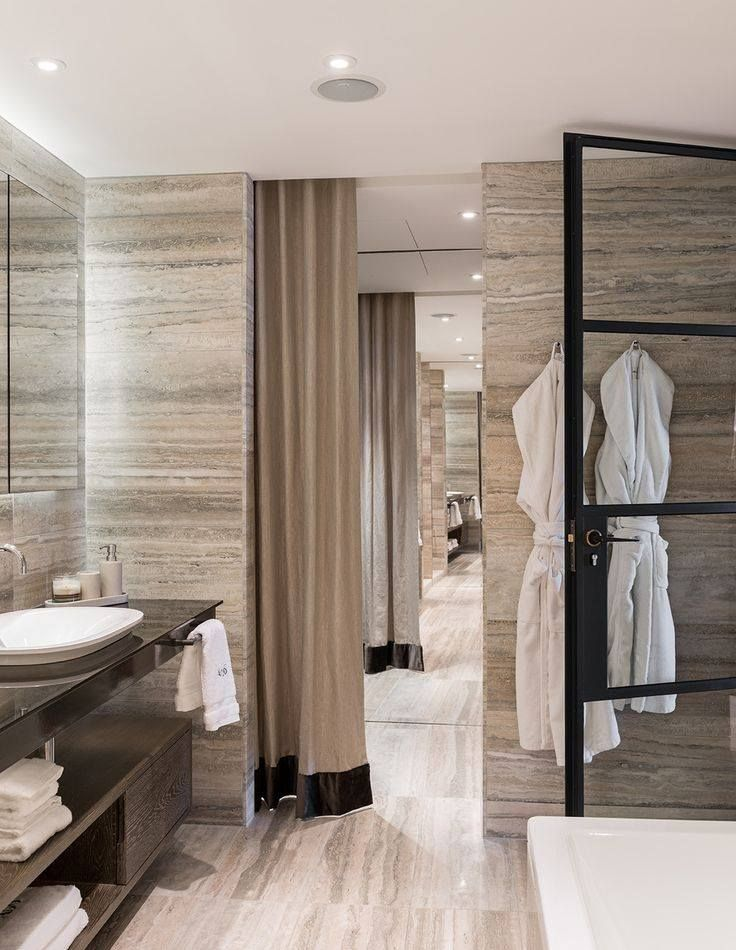 Έμπνευση για σήμερα το μαστερ μπάνιο της Αγγλίδας σχεδιάστριας Tara Bernerd με γκρι τραβερτίνο από τον τοίχο ως το δάπεδο.  Today's inspiration! Wall-to-wall grey travertine in London designer Tara Bernerd's master bathroom.