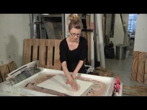 Biennalen for Kunsthåndværk og Design 2011. Se udstillerpræsentationen af designer og nomineret til Biennaleprisen Pernille Snedker Hansen, der har skabt den tidskrævende og farvesprudlende marmorering af et fyrretræsgulv.