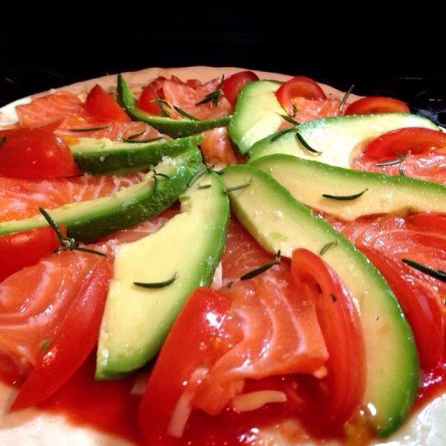 サーモンアレルギーなので、食べないけど作ったど〜!(^O^)/ - 189件のもぐもぐ - アボカドとサーモンのピザは美味しいらしいの焼く前 by shikano