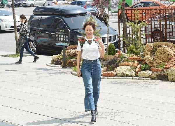 """배우 엄지원, """" 제 청바지 멋지죠!"""" - 한국스포츠경제"""