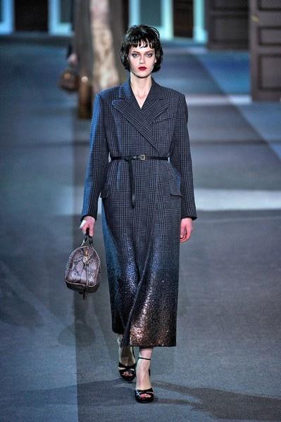 Ontem aconteceu o desfile da  marca Louis Vuitton no último dia da semana de moda de Paris. Marc Jacobs,que assina pela marca, criou um ambiente de hotel,onde as modelos entravam e saíam de portas como se fossem quartos. O desfile inteiro teve um ar sexy e romântico com as modelos desfilando casacos e robes  chiquérrimos e,claro,bolsas e sapatos de tirar o fôlego.  Que tal se inspirar na Louis Vuitton com a bolsa de mão na textura de cobra? No Ateliermix você encontra essa tendência!