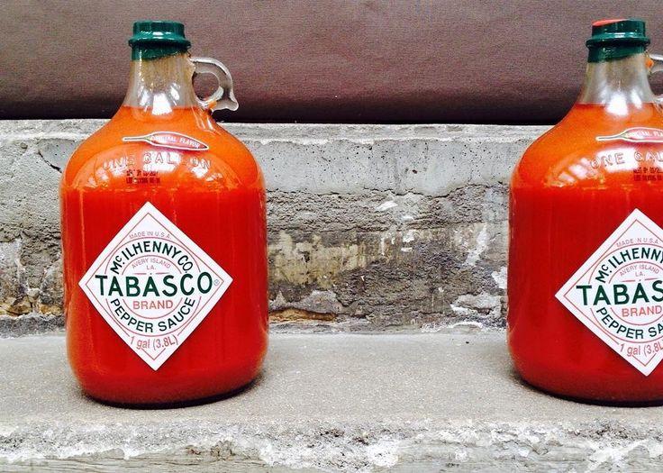 Vous utilisez le Tabasco en cuisine ?   Moi je suis un peu trop sensible aux épices c'est dommage d'ailleurs mais parfois je me fais un peu violence (comme quand j'ai goûté le piment réduit en purée servant à la fabrication du Tabasco ) mais depuis j'en mets quelques goûtes dans mes plats: il y a le rouge le vert plus acidulé et mon préféré le chipotle et son goût fumé.  Un article paraîtra sur le blog prochainement :) #tabasco #piment #pepper #redpepper #lafabriquetabasco