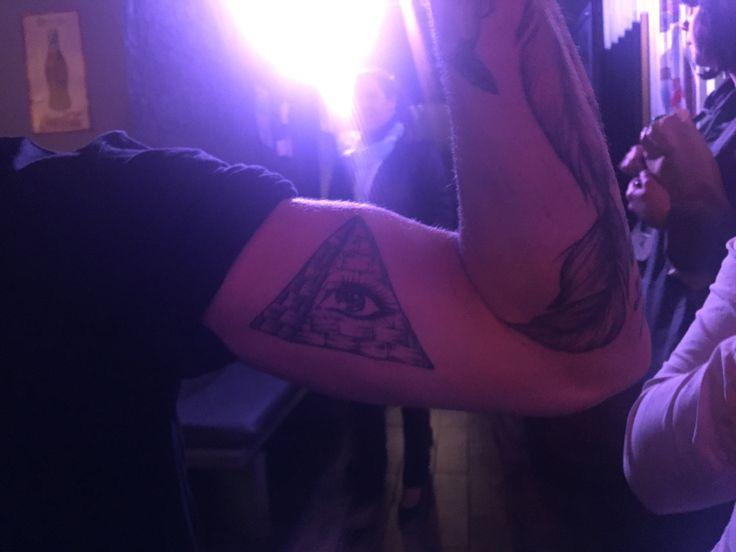 Ojo de Dios. Pirámide. O lo que sea este tatuaje