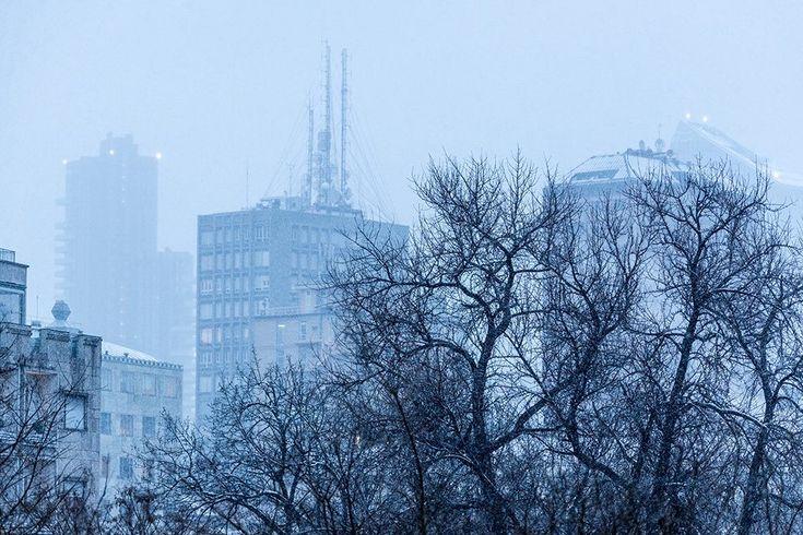 Le torri di via Turati con la neve di gennaio, il Naviglio di Ripa di Porta Ticinese nelle sere d'agosto e il concerto di Bocelli a maggio per