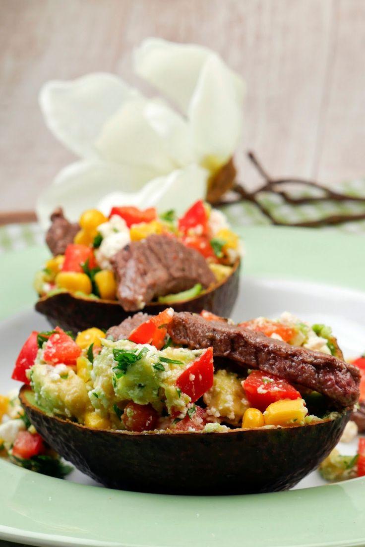 Low Carb Rezept - Gefüllte Avocado mit Paprika, Mais, Feta, Koriander und Rinderstreifen - Gaumenfreundin.de Foodblog