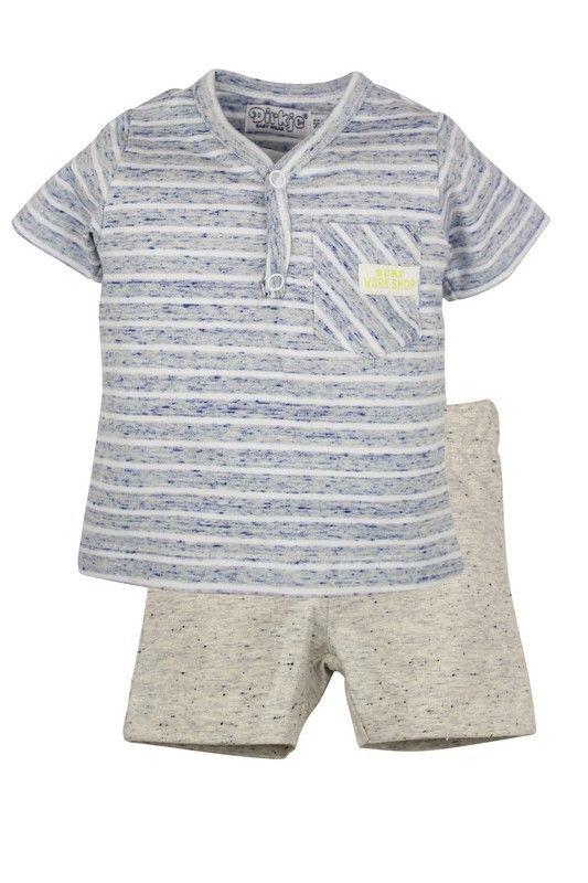 Jongens setje surf workshop van het kinderkleding merk Dirkje babywear.  Dit is een 2 delig jongens setje bestaande uit : 1) een licht blauw gestreept tshirt met een v-hals en een borstzakje 2) Een beige short met blauwe stippen, zonder sluiting