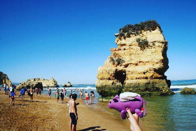 Un cerdo volador de vacaciones en las playas de Portugal