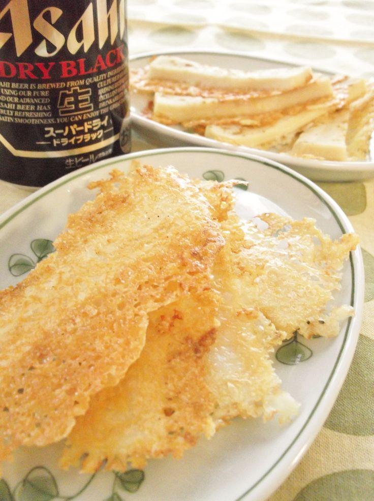 パリパリチーズの✿高野豆腐スティック カレー風味のプリプリ高野豆腐がパリパリチーズをまといました♪良質のたんぱく質をつまみに、おいしいビールを飲もう!! まんまるらあて 材料 (2人分) 高野豆腐 1枚 ★鶏がらスープの素(顆粒) 1g ★片栗粉 小さじ2 チーズ(ピザ用) 30g カレーパウダー 少々 作り方 1 高野豆腐はたっぷりのぬるま湯でしっかり戻す。 2 その間にテフロンのフライパンにチーズを敷き詰めておく。(火はまだつけない) 3 水気を絞らずに高野豆腐を取り出しておく。ボウルの水を捨て、★を入れる。 4 そこに高野豆腐の水分を絞り入れる。高野豆腐は5㎜巾に切る。 5 切った高野豆腐をボウルに入れ、よく調味液を浸みこませる。 6 先ほど敷き詰めたチーズの上に5の高野豆腐を並べる。 7 カレーパウダーを振りかけ、蓋をして弱火で6分加熱。 8 蓋を開けて2分ほど加熱し、チーズがうっすら茶色くなったら火を止める。 9 フライパンからそっとはがして盛り付けて完成! 10 裏側はこんな感じです。 11 一人当たり カロリー 118kcal 塩分 0.7g コツ・ポイント…