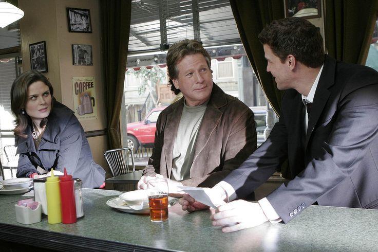Bones Season 2 - Stargazer in a Puddle   Emily Deschanel as Dr. Temperance Brennan David Boreanaz as Special Agent Seeley Booth  ©2007 Fox Broadcasting Co. Cr: Carin Baer/FOX