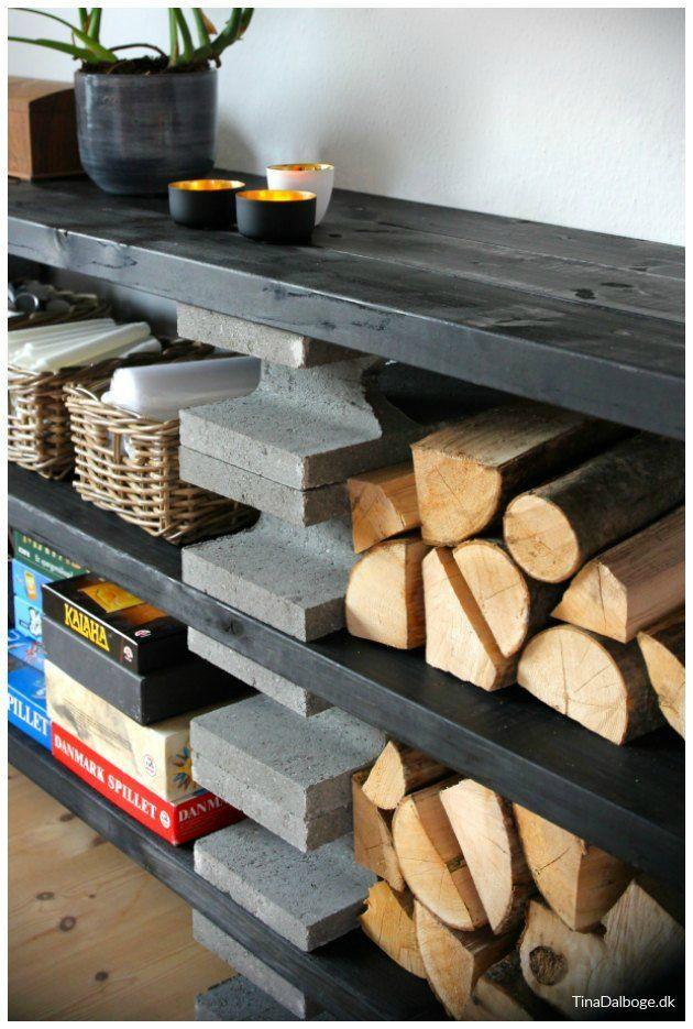 reol bygget op af fundablokke og spærtræ der er malet med sort bordpladeolie