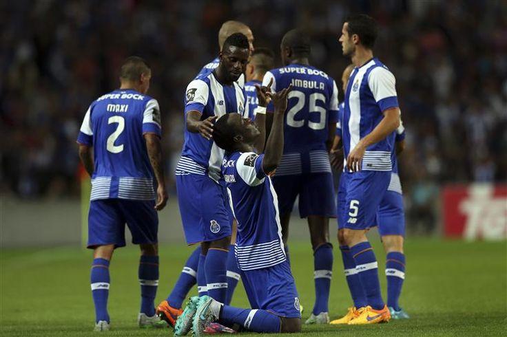 o camaronês Vincent Aboubakar marcou os dois primeiros golos dos 'dragões'  O FC Porto venceu este sábado o Vitória de Guimarães, por 3-0, em jogo da primeira jornada da I Liga portuguesa de futebol, disputado no Estádio do Dragão, no Porto.  O avançado camaronês Vincent Aboubakar marcou os dois primeiros golos dos 'dragões', aos 08 e 61 minutos, e o português Silvestre Varela, regressado após empréstimo, fechou o marcador aos 84.  O FC Porto somou a 10.ª vitória consecutiva em casa frente…