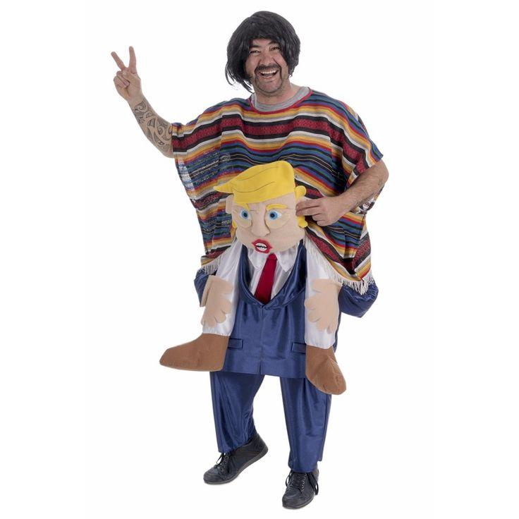 Instapkostuum president Trump vs. mexicaan voor volwassenen. Instapkostuum van de Amerikaanse president Donald Trump met een mexicaan op zijn rug. Het kostuum bestaat uit een broek met mannenlichaam en een poncho en past tot maat L.