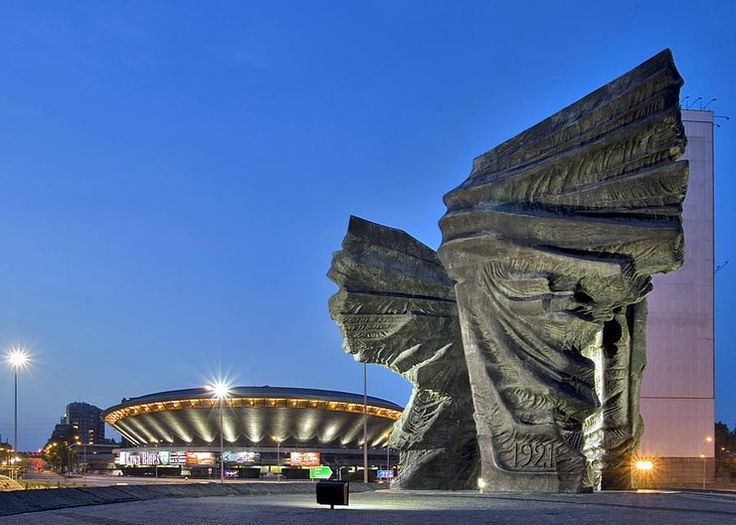 Pomnik Powstańców Śląskich w Katowicach postawiony 1967 r. to największy i najcięższy pomnik w Polsce. Ma formę trzech orlich skrzydeł symbolizujących trzy powstania śląskie z lat 1919-1920-1921, na pionowych skarpach od strony katowickiego ronda widnieją nazwy miejscowości - pól bitewnych.