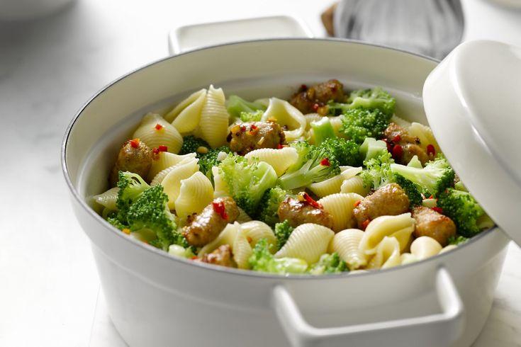 Een verrassend creatief gerecht met pastaschelpen, broccoli en worstjes. Snel klaar en heel eenvoudig om te maken.