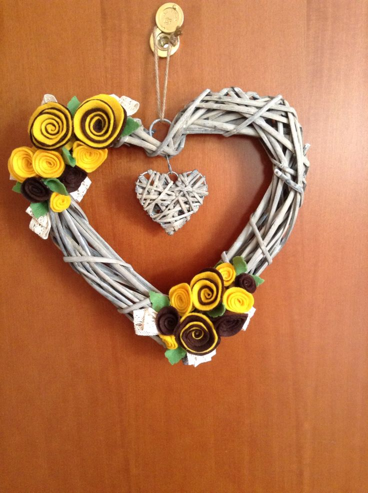 Cuore decorato con fiori in pannolence fatti a mano