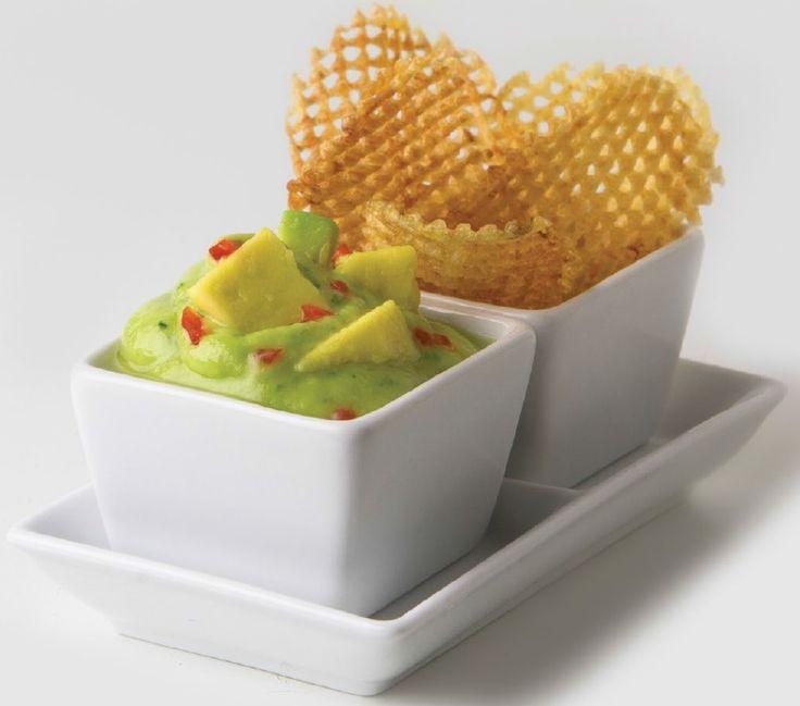 Guacamole con Chips Ingredientes: •2 Aguacates •1 1/2 Ramita de cebollín •6 Ajíes dulces •2 Limones •1 Manojo grande de cilantro •Sriracha •Aceite de oliva •Aceite vegetal •Sal y pimienta •Chips  Preparación en http://www.magefesa.com.ve/receta/detalles