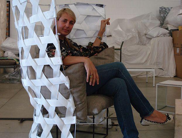 Le forme di Canasta sono intelligenti. Le nuove ergonomie studiate da Patricia Urquiola per B Italia Outdoor si distinguono per il segno innovativo. Soprattutto nella poltrona alta e nel divano tondo. La collezione progettata nel 2007 è stata (e rimane) un grande successo di pubblico: un placet internazionale che spazia dall'Europa all'Australia.