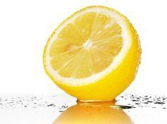 Die meisten Leute kennen den traditionellen Gebrauch von Zitronen, z.B. Halsschmerzen lindern oder etwas Zitrus-Aroma in unsere Lebensmittel hinzuzugeben. Doch die Vielfalt der Anwendungen für Zitronen übersteigt bei weitem das Allgemeinwissen; und sobald du die folgende Liste gelesen hast, möchtest du dir bestimmt auch gleich ein paar Zitronen besorgen, um diese ständig parat zu haben.