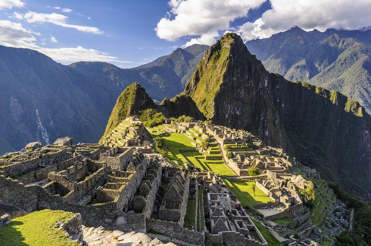 Det fantastiske ruinkompleks og et af verdens syv vidundere, Machu Picchu, som ligger eventyrligt på en grøn stejl højderyg i Urubamba dalen omkranset af tågeskov, grønne bjergtoppe og snedækkede bjergtinder længere ude i horisonten.