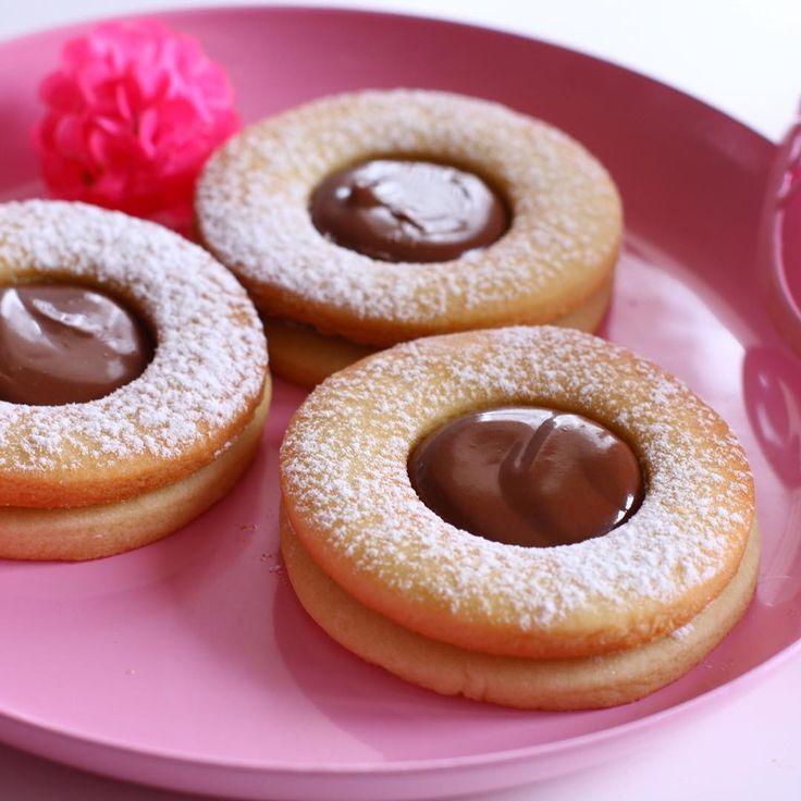 nutella dolgulu kurabiye; Malzemeler: 150 gr oda sıcaklığında tereyağ 1 küçük kahve fincanı sıvıyağ 4 yemek kaşığı pudra şekeri 1 yumurta 4 yemek kaşığı nişasta Aldığı kadar un Şekerli vanilin 1 paket 1 çay kaşığı kabartma tozu 3 4 damla üzüm sirkesi Yapılışı: Oda sıcaklığında tereyağı ve pudara şekerini mikserle karıştırın. Sıvıyağı ilave edip karıştırmaya devam edin. Yumurtayı ilave edip karıştırmaya devam edin. Nişasta, un, k.tozu ve vanilini ilave edip çırpmaya devam edin. Unu azar azar…