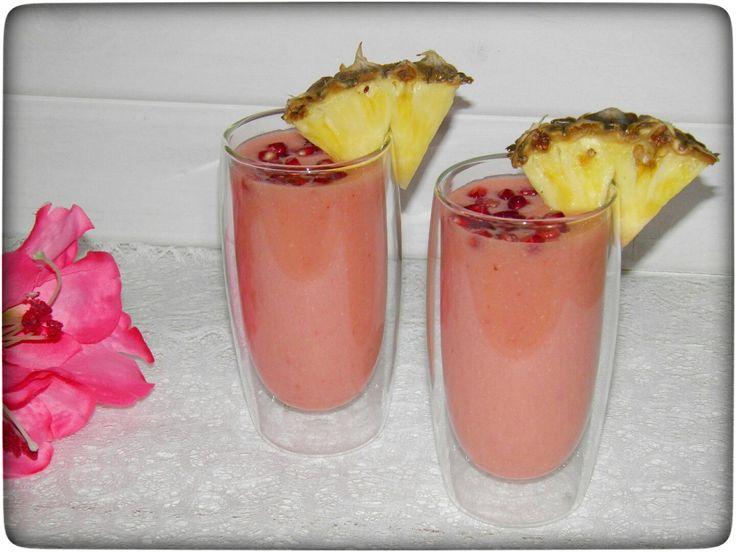 Mein Smoothie in pink sieht gar nicht wie ein Smoothie aus oder? Hat schon eher Ähnlichkeit mit einem leckeren Cocktail…für mich war er auch soooo lecker wie ein Cocktail. Natürlich viel gesünder. Ich habe eine tolle neue Kombi. Ananas & Granatapfel – grandios sag ich Euch.