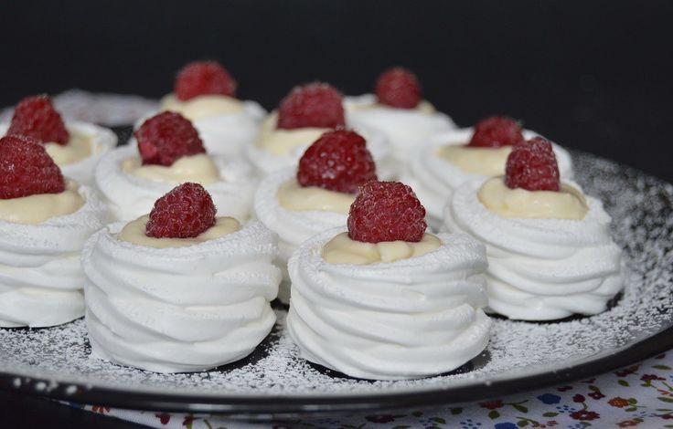 Snehové kolečka s vanilkovým krémem, ozdobené malinami.