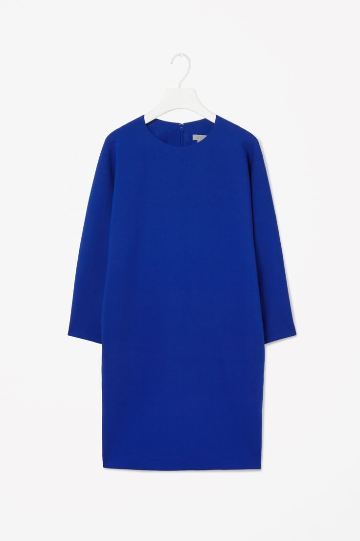 This oversized dress has a curved back seam for a softly sculpted shape. Made from a medium-weight fabric with a lightly padded texture, it has 7/8 kimono sleeves, side seam pockets and a hidden back zip.