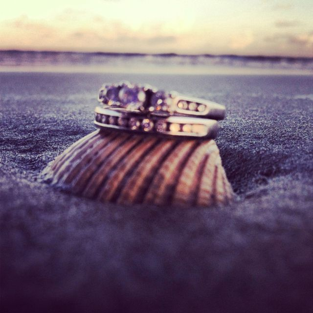 Beach wedding | photo idea | Rings on the beach