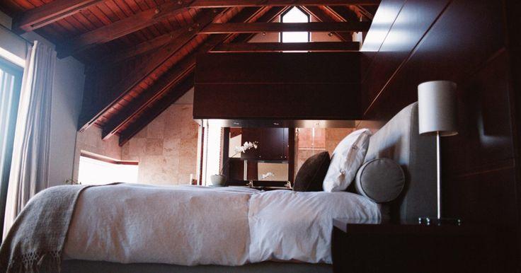Faça você mesmo uma cama rústica para loft. Uma cama de loft é um jeito fácil de adicionar espaço em um quarto pequeno. Essa cama pode fornecer armazenamento adicional, um banco, uma pequena área de leitura ou até mesmo uma mesa. Criando uma cama para loft com um estilo rústico pode acrescentar instinto para um quarto temático como uma sala de praia, um tema ocidental ou um tema cultural, ...