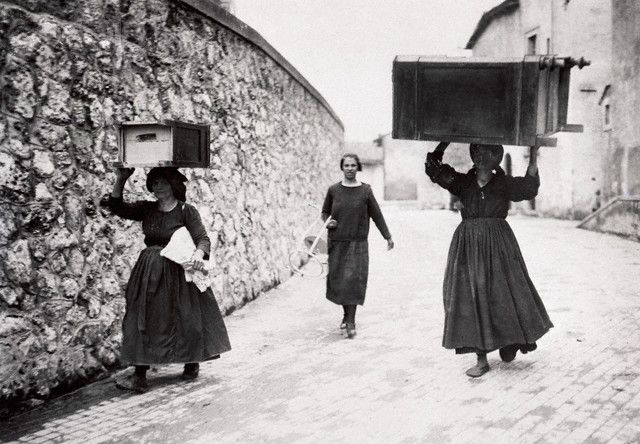 Women Carrying Furniture on Their Heads - 1935 Scano Abruzzo   #TuscanyAgriturismoGiratola