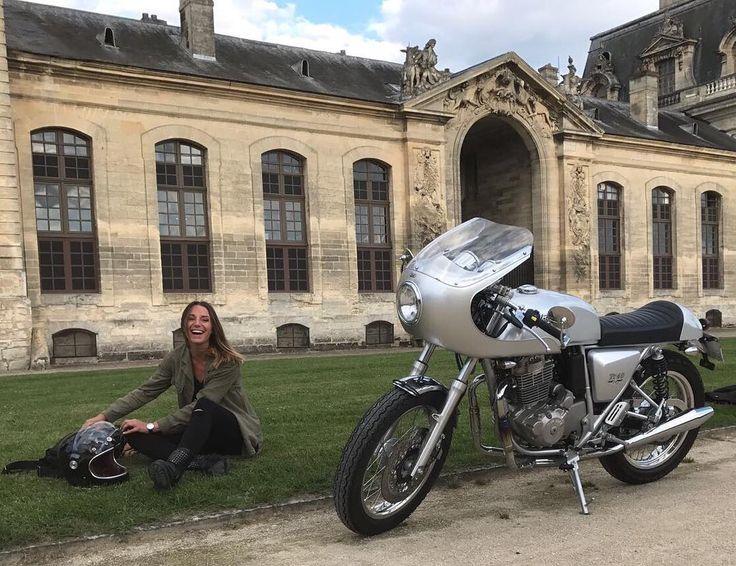 @margauxpalmer taking a break with her 400cc Mash TT40 near #Chantilly #France #caferacerxxx #crxxx