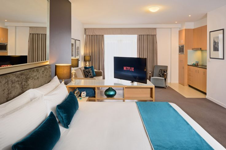 Warm and comfy. Our King Heritage Suites have plenty of room to move, Netflix TV, kitchenette, washer/dryer, and most importantly, a comfy bed for sweet dreams on your stay in Melbourne.💤