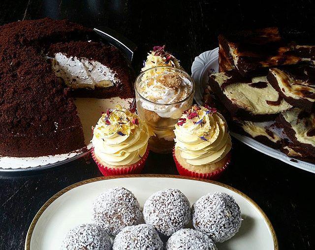 Unsere Kuchenvitrine ist mal wieder bis zum Rand mit Leckereien gefüllt, heute haben wir sie mit Energiebällchen, Kokos-Zitronencupcakes, Maulwurfkuchen, Brownie-Cheesecake, glutenfreiem Sahne-Knusperkaramell-Dessert, glutenfreiem Mississippi Mud Pie und Bananen-Nuss-Kuchen vollgepackt! 🍰☕ #kruemelkueche #krümelküche #veganescafe #duisburgvegan #veganduisburg #veganfoodporn #whatveganseat #hausprojekthochfeld #kuchengehtimmer  Yummery - best recipes. Follow Us! #veganfoodporn