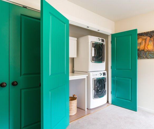 Comment dissimuler le coin lavage derrière des portes (colorées) dans une pièce qui a une autre vocation (ici, un bureau).