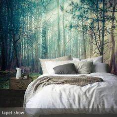 Fototapete mit mystischem Waldmotiv. Toll hinter dem Bett - dazu eine schöne schlichte Bettwäsche und viele kuschelige Kissen und der Look ist perfekt. #wallpaper #tapete #fototapete #schlafzimmer #bett