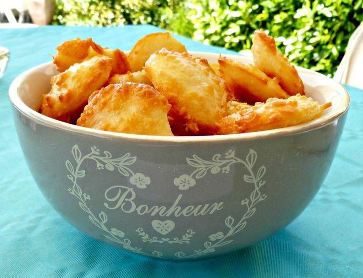 Biscuits apéritif : Croquants à l'emmental 100g d'emmental     50g de farine     2 blancs d'oeufs     Quelques graines de sésame sur le dessus