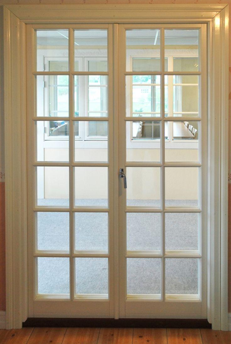 Utåtgående parfönsterdörr med spröjs i inner- och ytterbåge