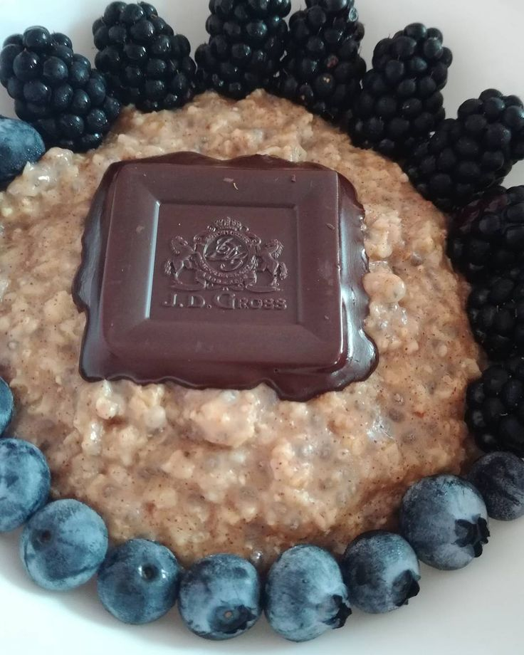 Dnešní #mojeovesna ❤❤❤  .  .  #breakfast #goodmorning #blueberries #chocolate #choco #oatmeal #oats #ciamon #blue #mojekase #healthy #fit #fitness #foodlover #eater #loveit #healthyfood #eatright #workhard #feelgood #staystrong #nevergiveup #behappy