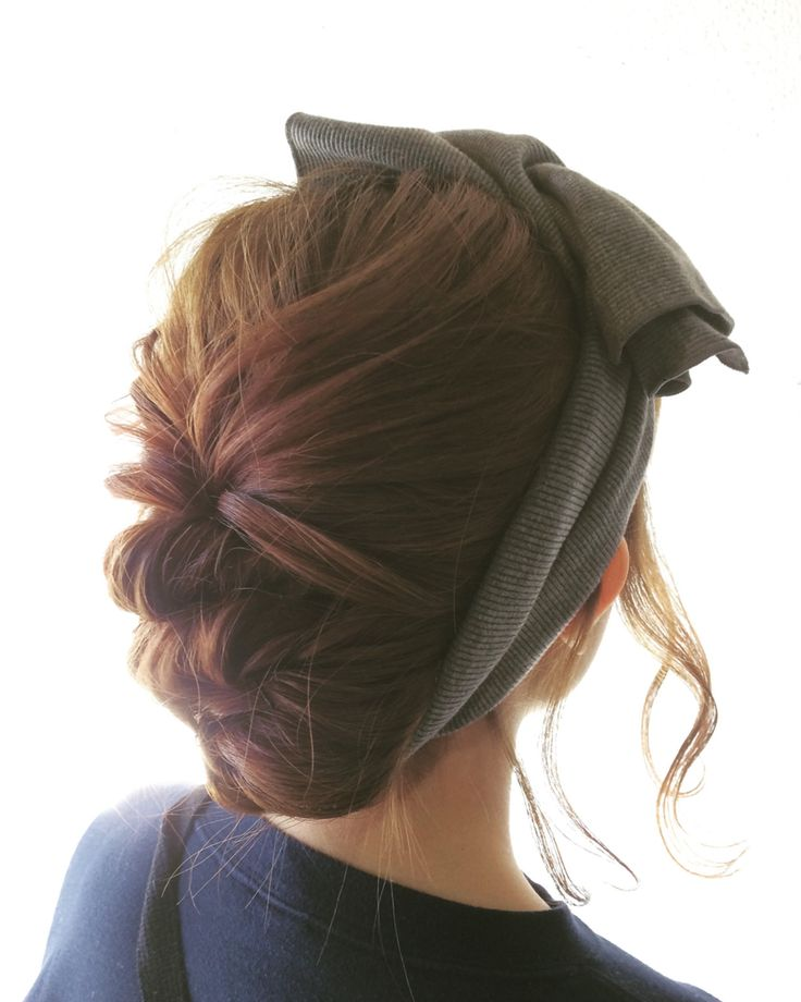 ヘアバンドアレンジのやり方|HAIR(ヘアー)はスタイリスト・モデルが発信するヘアスタイルを中心に、トレンド情報が集まるサイトです。10万枚以上のヘアスナップから