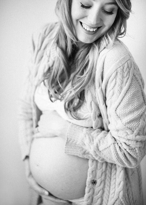 Schöne Mama mit Babybauch #Schwangerschaft #Fotoshooting #Babybauch #schwarzweiss