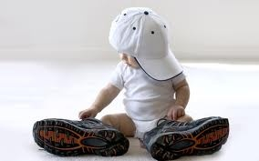 süße #Idee für ein #Babybild - #Basecap und #Papas #Schuhe