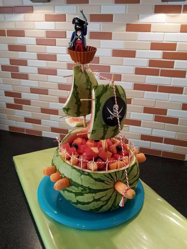 Piraten boot van watermeloen gevuld met fruit :-)