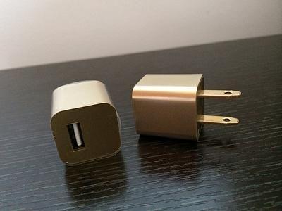 Cargador universal Gold. - Adaptador Dorado universal. -Rápida Carga. - Compatible con todos los cables USB -Contiene puerto USB.  Precio peso Colombiano: 30.000. Producto: #101.