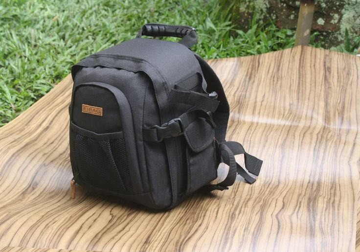 Tas kamera backpack atau disebut juga tas ransel kamera dengan kode EIBAG 1708. Ukuran cukup kecil untuk jenis ransel. Bahan menggunakan cordura hitam polos untuk bagian luarnya. Bagian dalam menggunakan taslan.  DIMENSI LUAR : 26,5 x 20,5 x 29 Cm  KAPASITAS : 1 kamera DSLR lensa terpasang + BG, 4 lensa tambahan / flash, aksesoris, dan tripod.