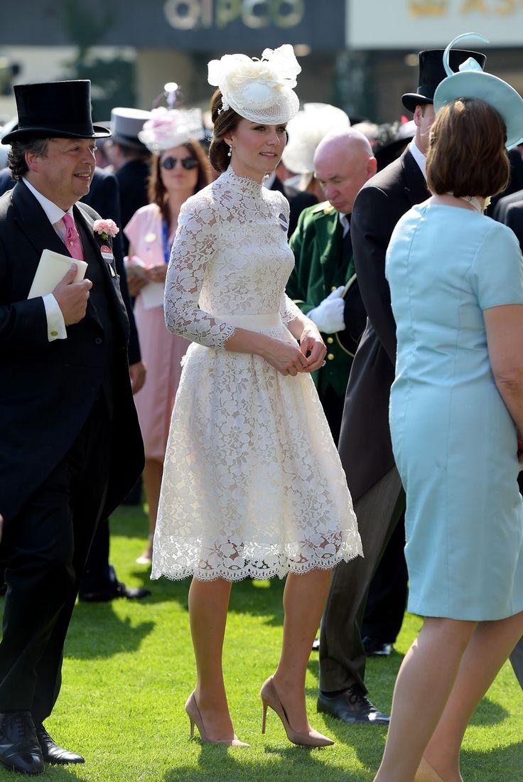 Under invigningen av hästtävlingenRoyal Ascot var Kate otroligt vacker i sin vita spetsklänning från Alexander McQueen. Klänningen är väldigt lik förra årets outfitfrån Dolce &...