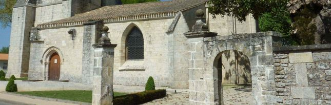 Germond-Rouvre- 7) CLASSEMENT MH PROPOSE EN 1980. - 3- Description: L'abside romane très simple est prolongée par un choeur et une nef de même caractère mais privés de leur voute d'origine. O l'O s'élève un puissant clocher porche carré à sa base, puis par l'intermédiaire de 4 glacis, octogonal à l'étage. Il est visiblement découronné. Une voute gothique à 8 nervures couvre la salle basse du porche. Une chapelle funéraire à voutes flamboyantes est annexée au choeur côté S.