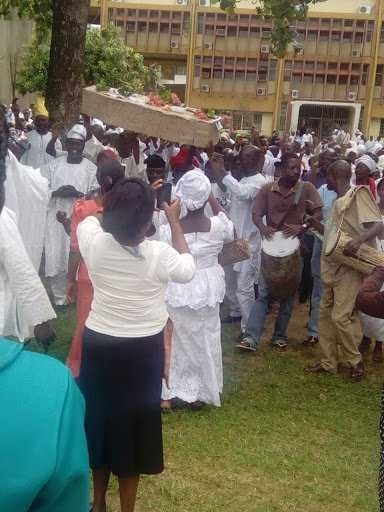 OAU Non Academic Staff celebrates the exit of their VC with a coffin (Photos)