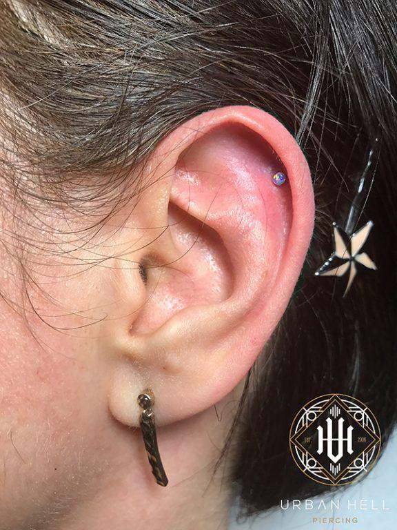 Piercing helix con cabochón de ópalo lavanda de neometal #Piercing #PiercingOreja #PiercingHelix #Helix #Neometal #PiercingEar #PerforacionOreja
