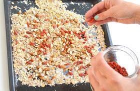 Eigenlijk vreemd dat het er nog nooit van was gekomen om zelf mijn granola te maken. Zeker als je weet hoeveel dozen granola wij er ...